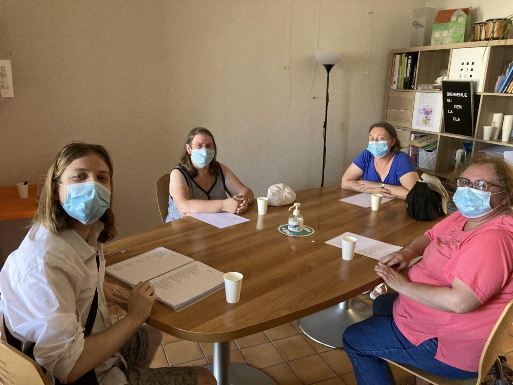 Les participants de l'atelier autour de la table tout sourire, derrière leurs masques (Covid oblige)